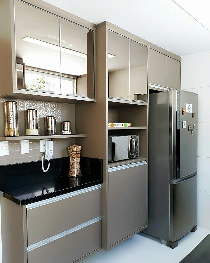 Cozinha cor canela e vidro cobre.