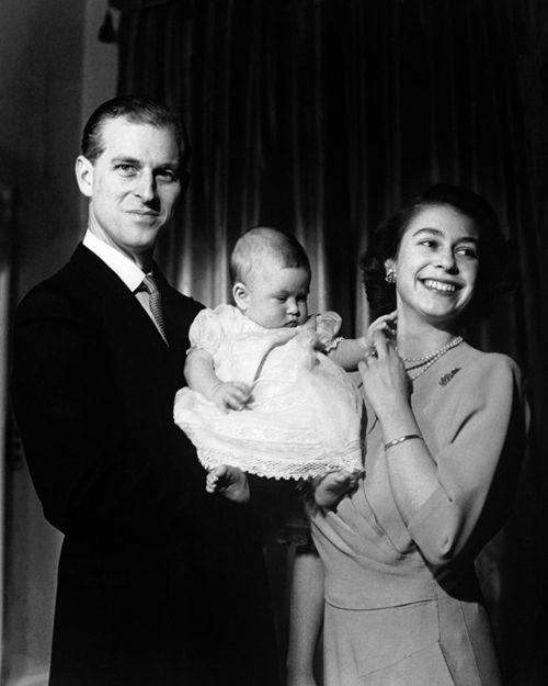 Quando Rainha Elizabeth II se tornou mãe, em 1948, tinha apenas 22 anos de idade. Na foto, ela aparece ao lado do marido, Príncipe Philip, e do filho, com 6 meses de idade, Príncipe Charles.