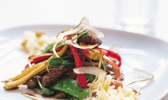 Wok är snabblagad mat. Den här läckra woken med biff och grönsaker smaksätter du med söt indonesisk soja och serverar med ris som kryddats med kokosflingor och sultanarussin.