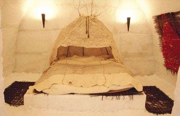 Nachtlager im Eishotel in Finnland - LumiLinna - Schlafplatz wie ein Himmelbett