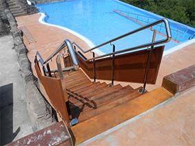 Escalera para acceso a solarium en Camping ubicado en la localidad de #Deba en #Gipuzkoa. #escalera #piscina #stairs #swimingpool #wood