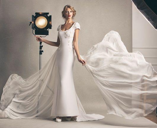 Anita, abito in cadì in seta e ricami di fiori, con code in chiffon in seta. #marsilmoda #weddingdress #madeinitaly #luxury #abitodasposa