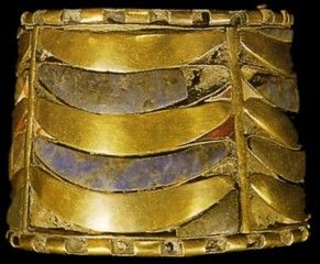 Tanis Grab Psussenes Foot ring Psusennes - Front View   - Cairo JdE 85781 - Fund Number .: 600/601 - foot ring Psusennes - Rear View   - Cairo JdE 85781 -Fundnummer: 600/601 -  Material: gold, lapis lazuli and carnelian -