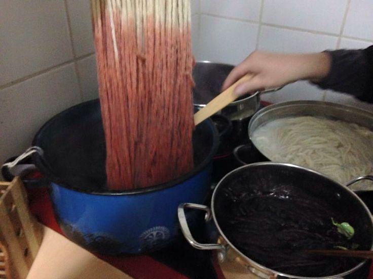 Ingresamos alma dejo de lana torcida sin haber sido previamente  mordentado. Sólo agregaremos limón o vinagre para fijar en los últimos 20 minutos de ebullición.