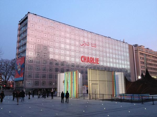 كلنا شارلي  #NousSommesTousCharlie en français et en arabe sur la façade de l'Institut du monde arabe à #Paris