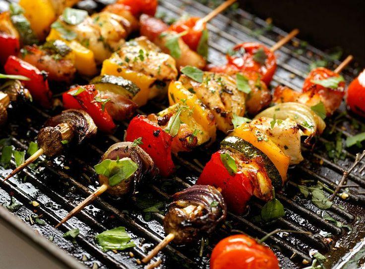 C'est le retour du beau temps et des grillades. Souvent synonyme de viandes à profusion, le barbecue est pourtant un excellent moyen de vous régaler sainement avec des légumes. Voici 8 recettes très faciles à réaliser et beaucoup plus digestes.