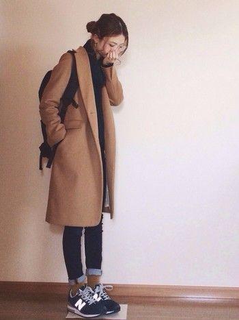 ロングのアウターとの相性も抜群。チェスターコートにスキニーデニムの組み合わせは鉄板。スニーカーから見えるマスタードカラーの靴下もオシャレ。