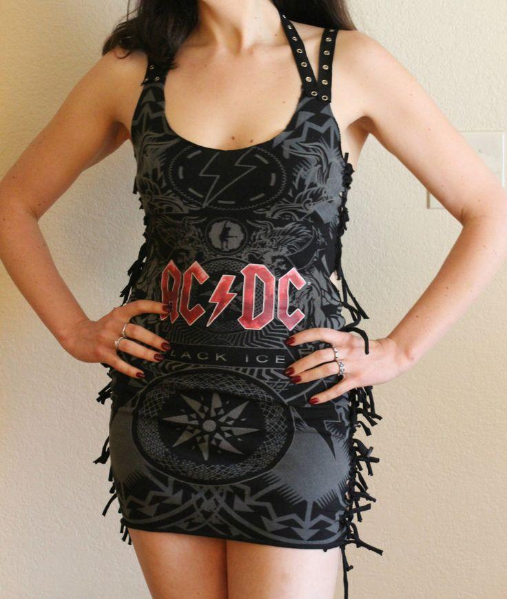 Este conjunto AC/DC Vestido de ojete cinta se hace desde cero y es uno de una clase.  Este vestido es de un tamaño pequeño.  Mejor se ajuste:  Busto: 34- 38 Cintura: 26-28.5 Cadera: 37- 39  Instrucciones de cuidado: lavar en una bolsa de malla de lencería en un ciclo delicado o lavado a mano.