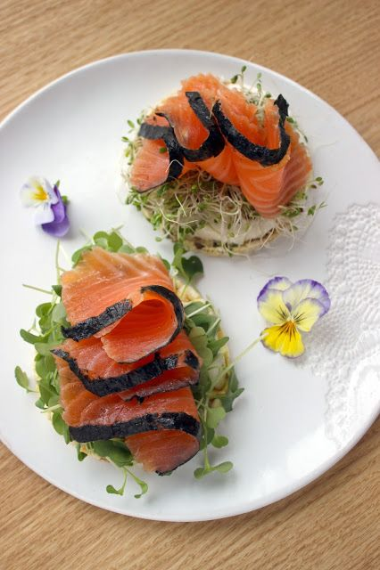 Wasabi-ginger gravad lax and nori with rucola shoots on rice cakes.