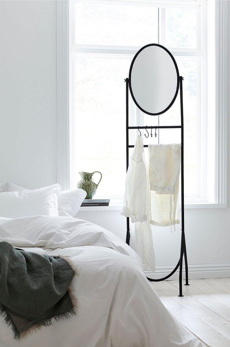 En praktisk och lättplacerad hängare för t.ex. sovrummet eller hallen. Av lackad metall med fyra lösa krokar och vinkelbar spegel. Höjd 182 cm, bredd 47 cm, djup nedtill 47 cm. Levereras omonterad.