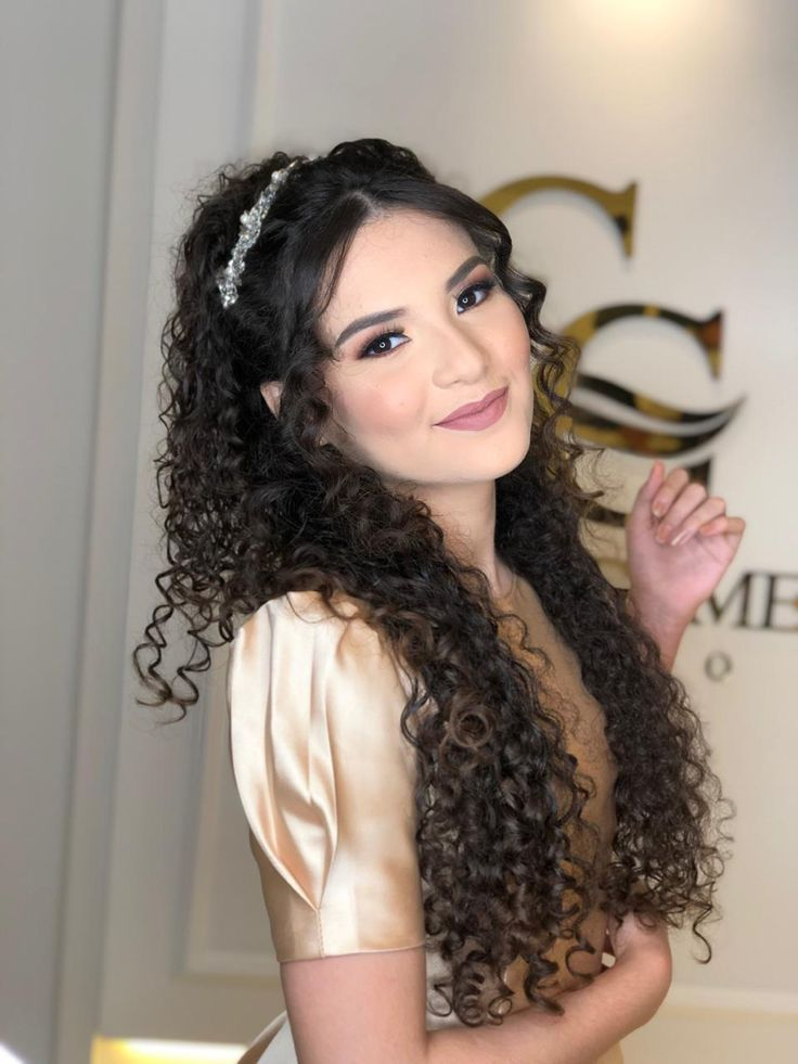 Pin de Juliana Alves em cabelo em 2021   Penteado de noiva para cabelo cacheado, Cabelo emo feminino, Cabelo pra formatura