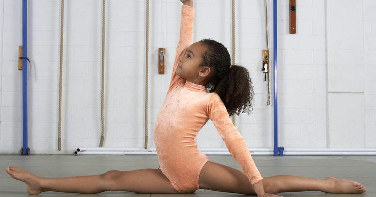 Cómo hacer un split sin dolor. Un split es un ejercicio muy avanzado de flexibilidad que implica una pierna derecha y completamente enfrente de ti, y la otra detrás de ti, sobre el suelo. Los bailarines y gimnastas usan éste estiramiento para mejorar su flexibilidad y extensión de piernas. No importa que tipo de actividad realices, sin embargo, estirar con frecuencia mejora la ...