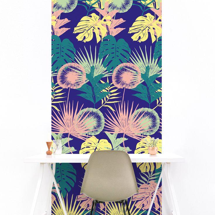 """Le papier peint magnétique tropical """"Menthe à l'eau"""" est idéal pour vous inspirer au quotidien. Ses couleurs tranchées amènent un souffle de dynamisme dans votre intérieur! Pour habiller un pan de mur dans le salon, la chambre ou le bureau.. les possibilités sont infinies! #tropical #colors #wallpaper #magneticwall"""