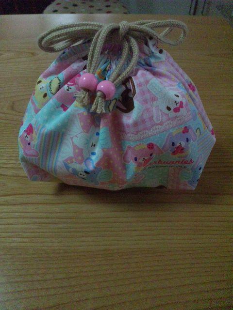 「幼稚園のお弁当入れ 巾着」何度も作るものなのでサイズなど忘れないように、自身の保存・記録用です。 幼稚園児なので、箸・スプーン・フォークセットが楽に入る大きさに設計してます。[材料]綿生地/ひも/ループエンド/ヒモ通し