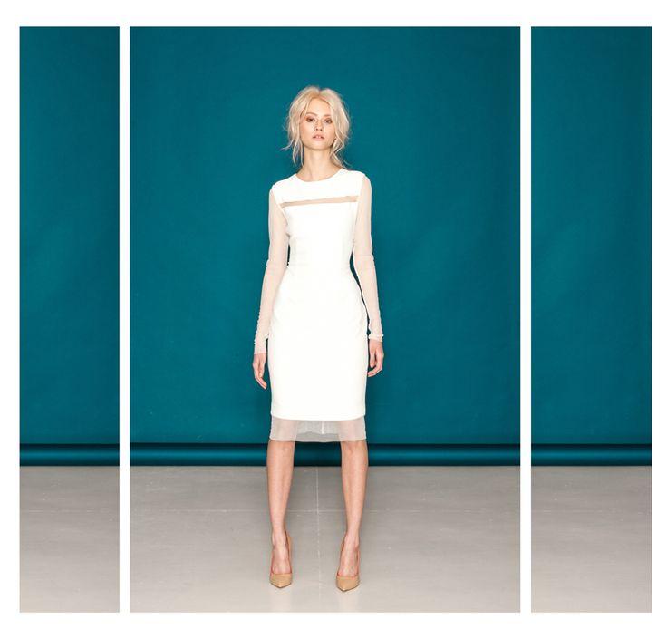 Sukienka ecru z transparentami rękawami z siatki.