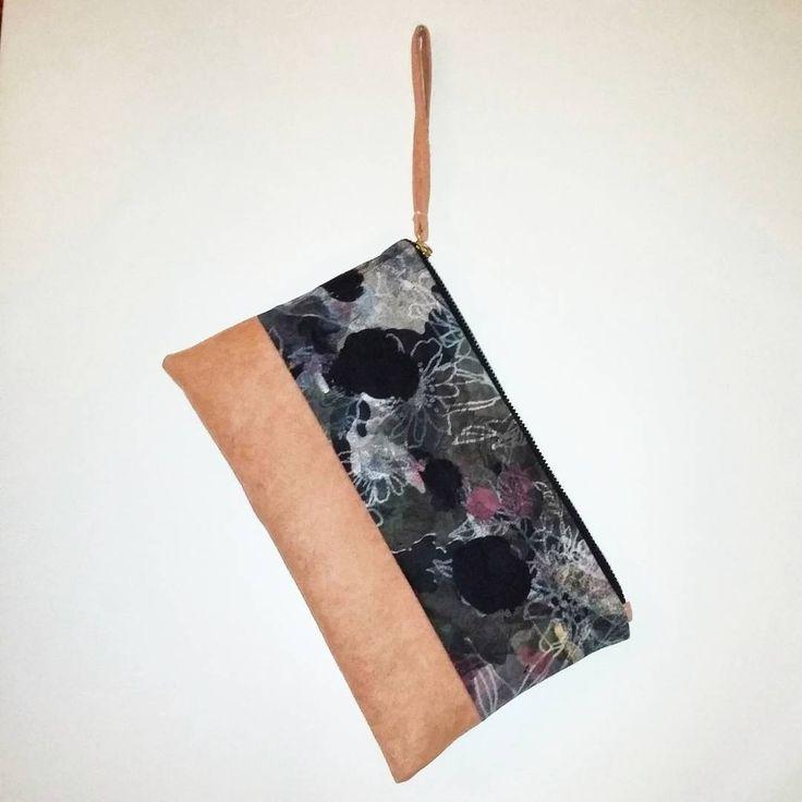 Pochette realizzata interamente a mano con eco-camoscio salmone e tessuto fantasia fiori. Zip in metallo color oro e bracciale. Misure :25×16 Contattami per qualsiasi informazione!