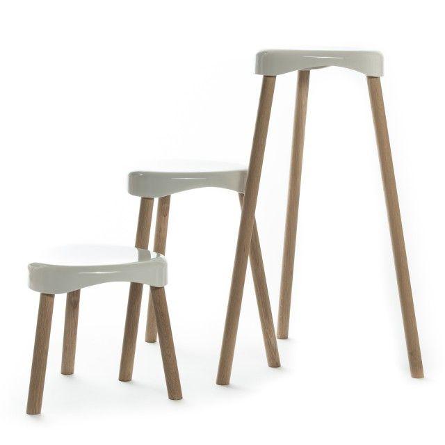 Eine Sitzschale und drei Beine, die schlichten Komponenten des Hockers, weniger geht nicht. Zeitloses funktionales Design.Der besondere Reiz liegt im Kontrast der Materialien und Oberflächen: weißer, glatter, Kunststoff und Massivholz.Die Sitzschale aus hochwertigem Duroplast, die Beine in naturgeölter robuster Eiche.Durch schlicht gefräste Kehlen an den Innenseiten der Beine sind die Hocker kippsicher stapelbar.Der Hochsitz hat eine Sitzhöhe von 70 cm.Ausgezeichnet mit dem reddot award…