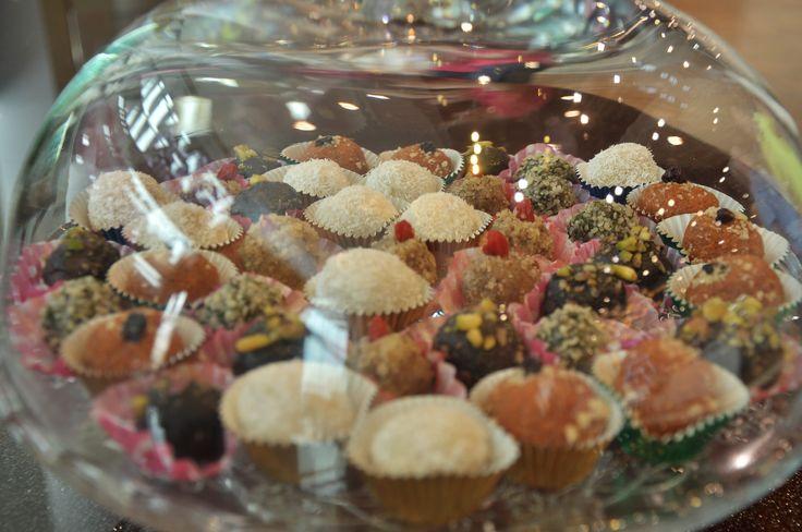 bomboane cu smochine si goji bomboane cu in si caise bomboane cu mac si lamaie bomboane cu merisoare bomboane cu seminte de canepa bomboane Raffaello cu migdale