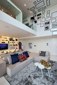 """""""Anuário Decoradores 2013:  FERNANDA MARQUES  Amplo e descolado, este apartamento com pé-direito duplo tem a base branca para destacar os objetos e móveis de design."""""""