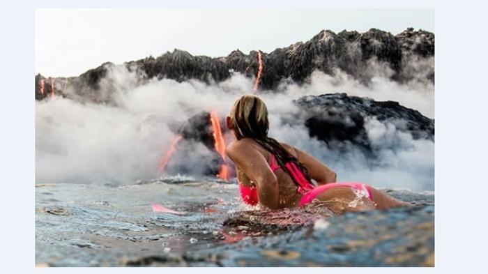 Foto Peselancar Alison Teal - Greget Abis! Wanita Ini Surfing di Dekat Erupsi…