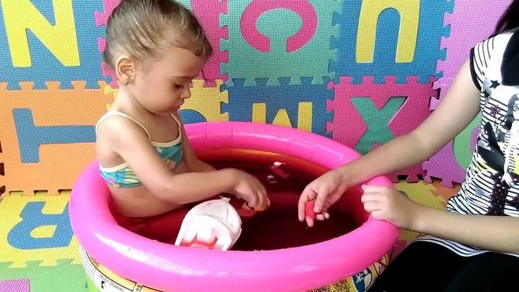 Купаемся в бассейне открываем бурлящие ШАРЫ-СЮРПРИЗЫ Rima plays and swim...