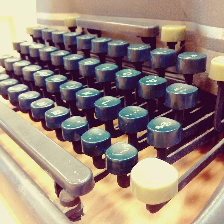 Feliz Día de las Escritoras #díadelasescritoras. Maquina de escribir con arroba y todo  #typewriter
