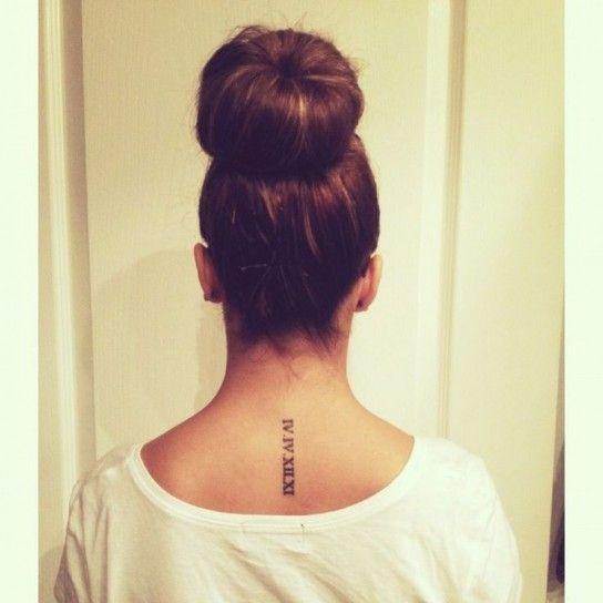 Tattoo data con numeri romani sotto il collo
