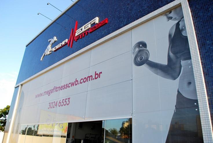 Fachada com adesivo perfurado e letra caixa produzido e aplicado por COLA Design Comunicação Visual Curitiba PR
