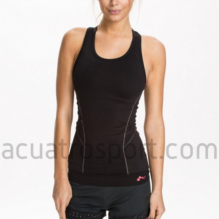 Camiseta térmica Only Play para mujer en color negro con detalles en gris.   Diseñada y fabricada para gimnasio y correr en los días mas fríos.   Prenda de cuello redondo y tirantes.   Composición: 66% Poliamida, 19% Poliéster, 15% Elasthan.