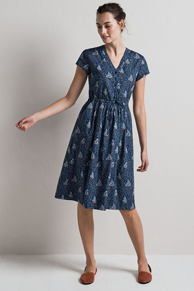 A fit and flare style knee-length dress in a unique Seasalt print. Made from soft cotton, it's fully lined, with gentle gathers, a V-neck and short sleeves.