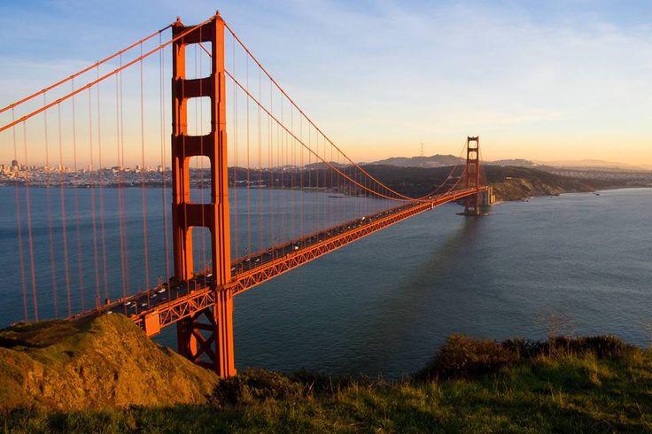 El puente fue levantado en la Bahía Norte de San Francisco y une esta ciudad con el condado de Marin en California Estados Unidos. Su ubicación frente al Océano Pacífico y a 20km de una gran falla representó un gran obstáculo natural a superar en el momento de su construcción cargas sísmicas grandes mareas vientos huracanados y corrientes oceánicas.  #goldengate #goldengatebridge #puente #bridge #sanfrancisco #California #unitedstates #estadosunidos #paisajes #beauty #turismo #paisaje #Marin…