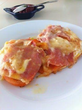Her er et bud på hurtig og lækker morgenmad, som også mætter meget. Det er simpelt og godt. Til fire toast-æg: 4 æg 4 skiver skinke ...
