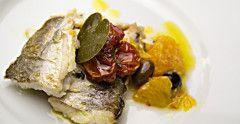 Dentice con pomodorini, arance e olive taggiasche  A me piace il dentice, ma puoi usare qualsiasi altro filetto di pesce per questa ricetta dalla semplicità davvero disarmante, ma dal profumo e dal sapore mediterraneo come nessun'altra. Un filo d'olio d'oliva, arance al vivo, pomodorini confit, olive taggiasche e, se la trovi, l'immancabile foglia di cappero!