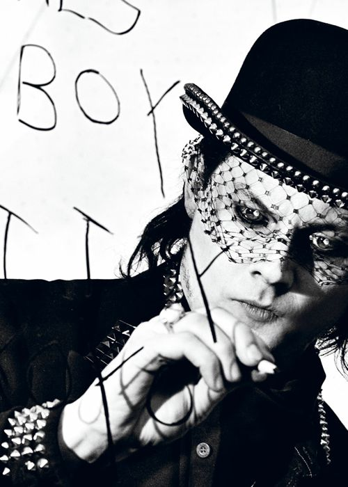 Jack White. Ultra photogenic, ultra hot. Men wearing makeup can be incredibly erotic.