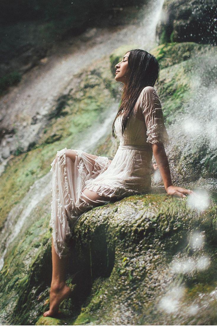 Olivia und Richard, Engagementshoot unterm Wasserfall von Kelsea Holder…