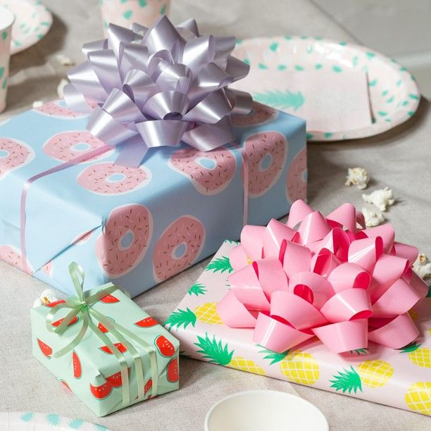 According to Anna elegant gift wrapping adds that final touch to any present. Gift wrapping paper price DKK 748 / SEK 998 / NOK 996 / EUR 098 / ISK 22900 / GBP 0.84  #giftwrapping #birthdaypresent #present #gift #happybirthday #inspiration #sostrenegrene #søstrenegrene #greneparty