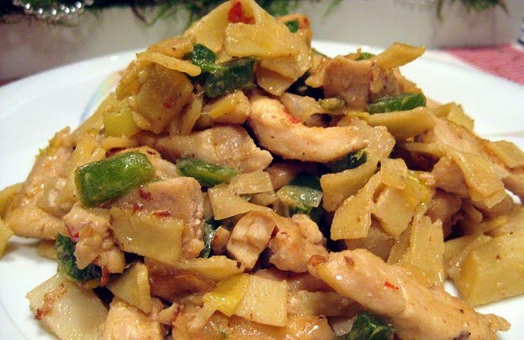 I mina gömmor bland alla recept hittade jag indonesisk kycklingpasta, lät lite intressant så det var jag tvungen att prova. Dessutom är det ...