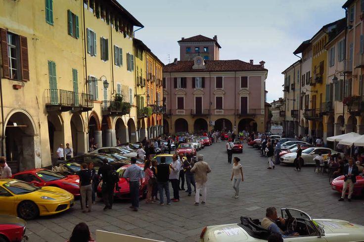 """La medievale Piazza Cisterna """"invasa"""" dalle Ferrari"""