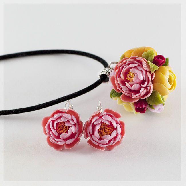 Купить или заказать Кольцо 'Весна' в интернет-магазине на Ярмарке Мастеров. яркое и нежное кольцо с весенними цветами-пионы, розы,ранункулюсы Дополнительно в комплект: кулон 3,5см- 2000руб серьги с пионом 1,5-2 см- 900 руб Серьги с букетиком из цветов 2 см- 1300…