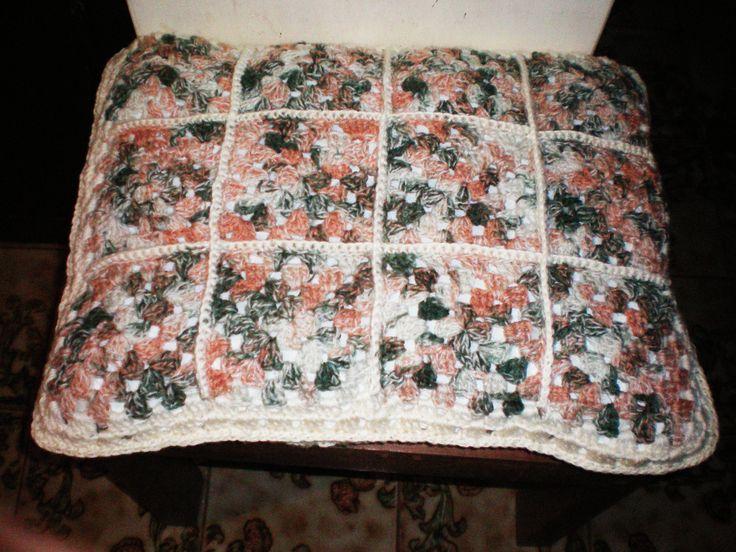 Ejemplo de almohadón hecho con cuadrados al crochet