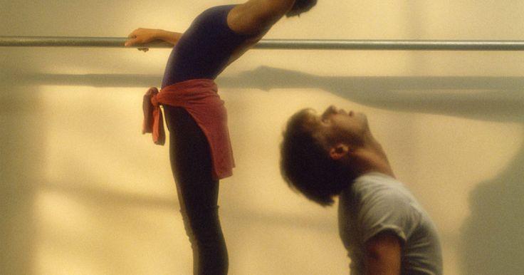 Como fazer melhor uma curvatura das costas no balé. Dançarinos de balé devem ter os músculos das costas fortes, além de uma grande flexibilidade. Ter costas flexíveis é um componente importante para um dançarino e isso deve ser mantido. Apesar de força na parte superior do corpo não ser enfatizada no balé, ela pode ser desenvolvida para melhorar a estética da silhueta do dançarino durante a ...