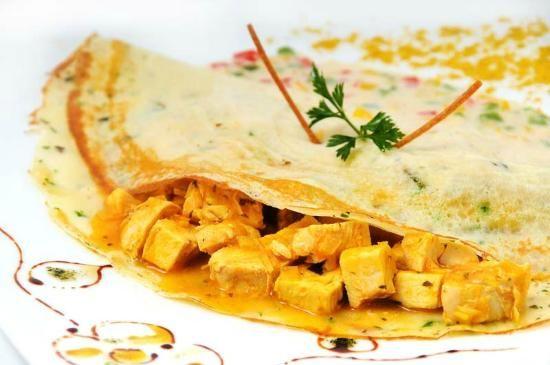 Macerar el pollo con el curry, la salsa de soya (2 cda), el jengibre (1/4 cdta), la páprika (1/2 cdta) ají al gusto y azúcar (1 cda al ras). Hacer un refrito con cebolla, ajo, sal y pimienta. Verter el pollo ya macerado hasta que se selle. Agregar la crema de leche y la leche (o sustituir por leche de coco), dejar cocinar y corregir el sabor.  Rellenar los crepes!