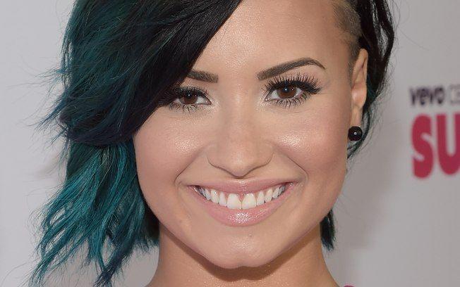 Resultado de imagem para demi lovato cabelo curto com azul