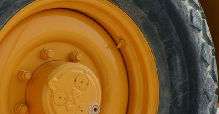 Como remover uma haste da válvula do pneu. Antes de remover um pneu da roda, é necessário deixar o ar sair dele. Isso pode levar vários minutos caso você faça isso pressionando a haste da válvula, mas leva apenas alguns segundos se remover inteiramente a haste.