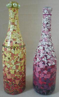mosaique-couleurs-diverses-réalisée-sur-des-bouteilles-en-verre-idée-comment-recycler-une-coquille-oeuf