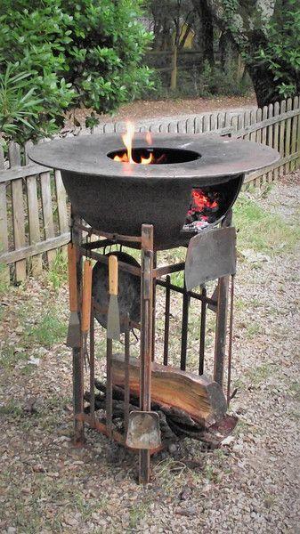 **_BBQ Freelancer_** Gruppen BBQ, 80cm große Stahlplatte mit Integrierten Grillrost (30cm), Klappe zum Befeuern und Säubern, Feuerhaken & Schaufel, Stahl Gestell mit Halterungen für Grill