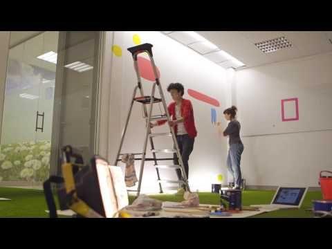 Eva Mouton zet Flanders DC en FFI in de verf. Letterlijk. Want ze schilderde het jaarverslag op de muur van het kantoor. Het filmpje van 'the making of' werd een hit op het internet.