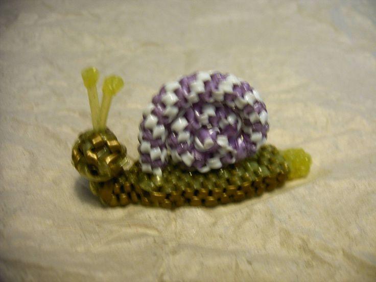 escargot -- noué par ShirCraftalot --tuto---sur http://www.scoubidous.eu/pages1/animaux/escargot.html