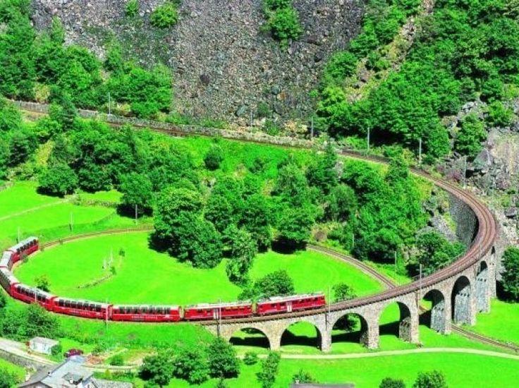 Le Bernina Express démarre son voyage depuis la ville de Suisse, Coire, dans un décor montagneux, en longeant le glacier de Morteratsch. Il redescendra ensuite vers le Sud, au cœur du charme italien de la Valteline pour terminer sa route à Turin.  55 tunnels et 196 ponts sont au programme, le parcours dure près de quatre heures.