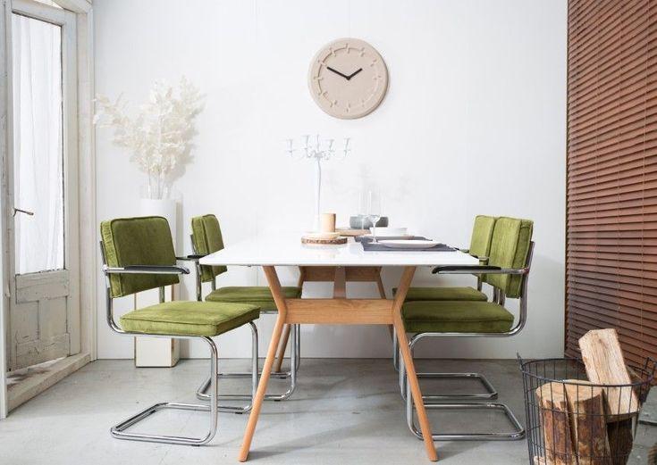 Elk interieur verdient wel wat kleur! Bijvoorbeeld met deze groene eetkamerstoelen van Zuiver! De ribstof en armleuningen zorgen voor een comfortabele zit.